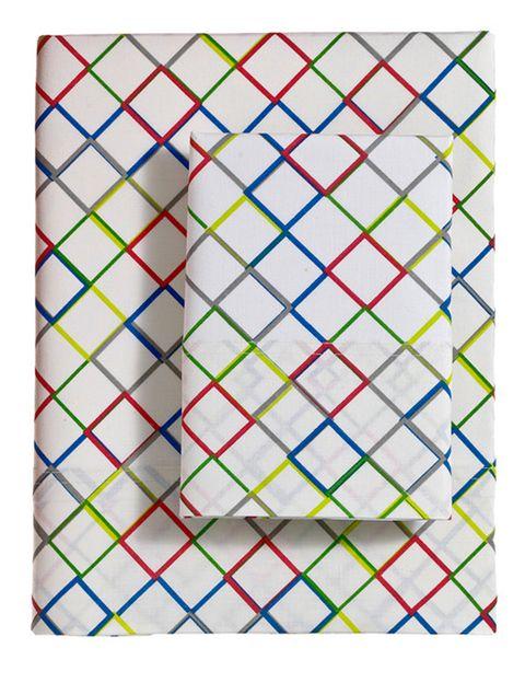 """<p>Juego de sábanas con cuadritos de colores (12,49 € para una cama de 90 cm), de <a href=""""http://www.elcorteingles.es/tienda/hogar/browse/productDetail.jsp?productId=A9011686&categoryId=997.1398769371&selectedSkuColor=135.1271146546&fromAjax=true&elementoId=997.1398673053&trail=&trailSize=&navAction=jump&navCount=0&brandId=&selectedSkuId=&cm_mmc=elle%20_%20contenedores-_-acuerdo%20_%202014-05-19%20_%20hogar-_-noticia%20_%20deco-_-operaciJuly3n%20mayo%20hogar"""" target=""""_blank""""><strong>Dalini.</strong></a></p>"""