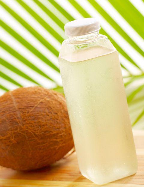 """<p>&nbsp;</p><p>Es un poderoso hidratante, rico en potasio, que ayuda a controlar la retención de líquidos. Como dice Riolobos, """"<strong>resulta muy beneficioso para el corazón, ideal para deportistas o simplemente en los meses de verano</strong>, ya que España tiene veranos muy cálidos y sufrimos deshidratación en nuestros tejidos"""". <strong>Psst.</strong> El agua de coco es baja es azúcares y grasas, y tanto los diabéticos como las personas a dieta pueden beneficiarse de este tónico natural. """"Tiene propiedades hipoglucemiantes, ayuda a controlar los triglicéridos y reduce la presión arterial"""", apunta la experta.</p><p>&nbsp;</p>"""