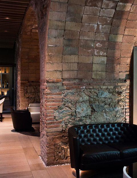 <p> Una de las dos zonas del <strong>lounge bar</strong> conserva las piedras y los ladrillos de la casa burguesa del siglo xix sobre la que se levanta el hotel.<br /></p>