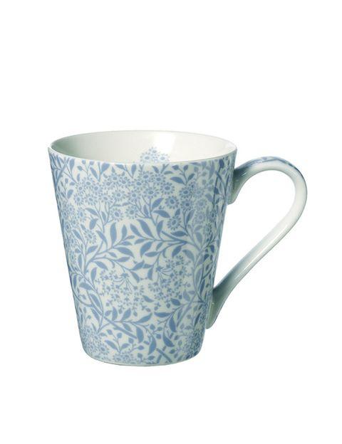 "<p>Con estampado floral en azul y blanco (11,95 €), de <a href=""http://www.elcorteingles.es/tienda/hogar/browse/productDetail.jsp?productId=A10525574&amp;categoryId=999.1396525440&amp;fromAjax=true&amp;isProduct=true&amp;trail=&amp;trailSize=&amp;navAction=jump&amp;navCount=0&amp;brandId=&amp;cm_mmc=elle%20_%20contenedores-_-acuerdo%20_%202014-05-20%20_%20hogar-_-noticia%20_%20clases%20de%20estilo-_-hogar"" target=""_blank""><strong>V&amp;A.</strong></a></p>"