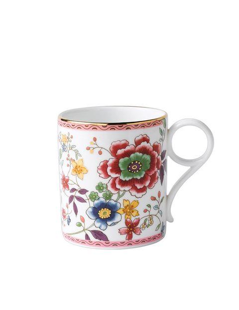 "<p>Con dibujo multicolor de flores y filo dorado (34,90 €), de <a href=""http://www.elcorteingles.es/tienda/hogar/browse/productDetail.jsp?productId=A10055971&amp;categoryId=999.1396525440&amp;fromAjax=true&amp;isProduct=true&amp;trail=&amp;trailSize=&amp;navAction=jump&amp;navCount=0&amp;brandId=&amp;cm_mmc=elle%20_%20contenedores-_-acuerdo%20_%202014-05-20%20_%20hogar-_-noticia%20_%20clases%20de%20estilo-_-hogar"" target=""_blank""><strong>Wedgwood.</strong></a></p>"