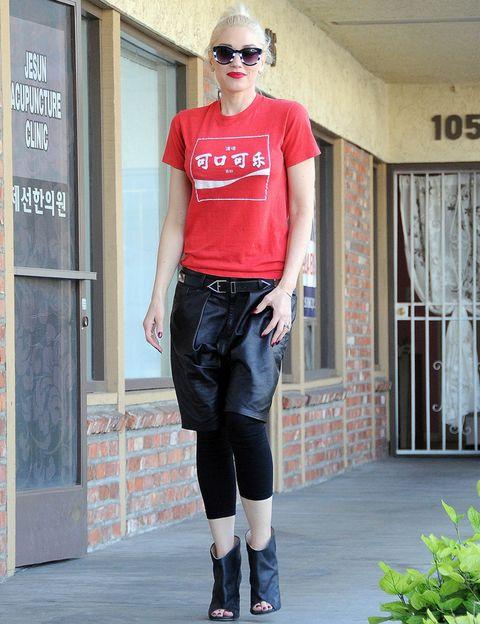 <p><strong>Gwen Stefani</strong> lleva las mezclas extrañas a un nuevo nivel al combinar unas bermudas de piel con unos leggings y botines peep toe.</p>