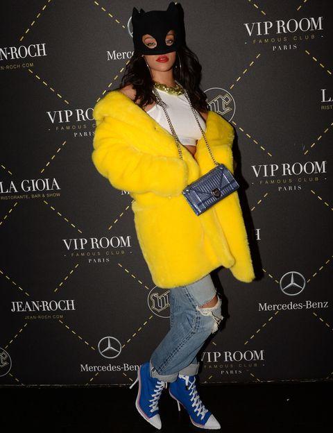 <p>En este look <strong>Rihanna</strong> es una mezcla entre un disfraz de Piolín y Cat Woman. Los botines en azul y blanco con cordones tampoco tienen desperdicio.</p>