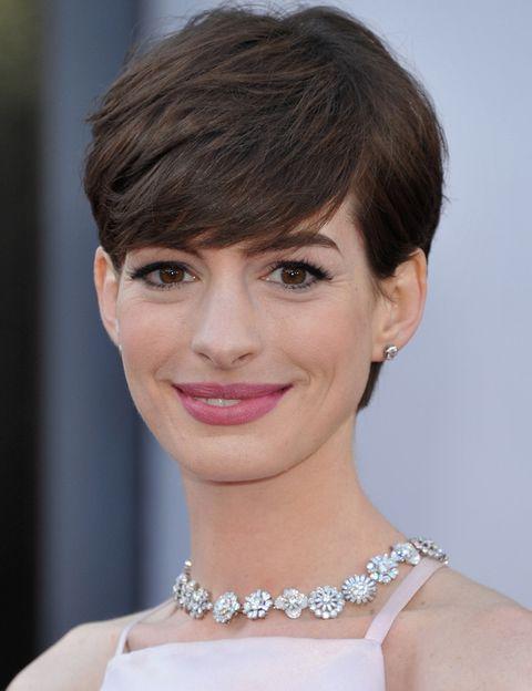 <p>Del look de<strong> Anne Hathaway</strong> nos ha conquistado su gargantilla de <strong>Tiffany &amp; Co</strong> que caía sobre la espalda.&nbsp;</p>