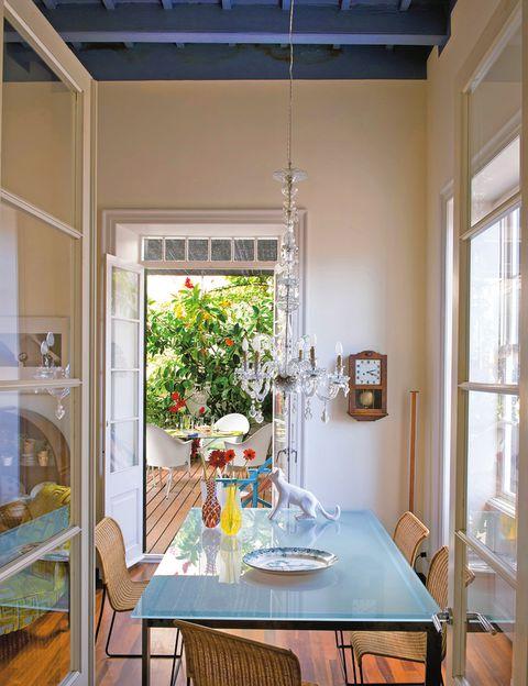 <p>En el comedor, sillas y mesa <i>Sevilla,</i> de BD Barcelona Design, y <i>chandelier</i> años 30. En la terraza, sillas <i>Lord Yo,</i> de Starck para Kartell, en Catchot, y mesa <i>Aracnida,</i> de BD Barcelona Design.</p>