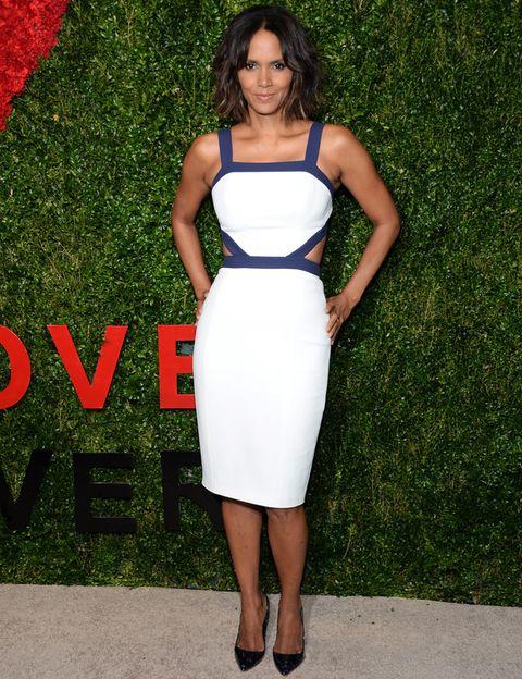 <p><strong>Halle Berry</strong> escogió un vestido blanco y azul con detalles cut out combinado con unos salones negros.&nbsp&#x3B;</p>