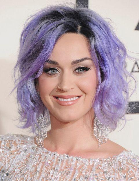 <p>El pelo de <strong>Katy Perry</strong> da para hacer una galería entera. A la cantante le fascina cambiar de 'look' capilar cada dos por tres y no conoce límites. </p>
