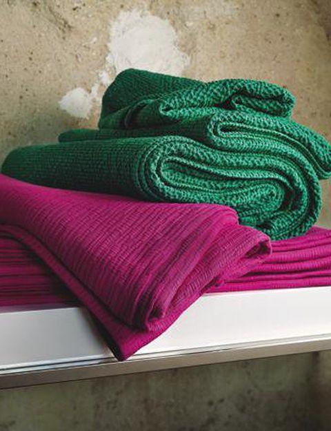 <p>Lleva a tu cama los tonos de la naturaleza: el verde y el púrpura. Colcha Snake (119 €) y colcha Wood (139 €), ambas para camas de 150 cm pero disponibles en más medidas.</p>