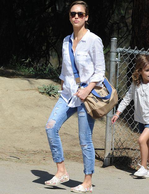 <p>Mismo calzado con diferente outfit. <strong>Jessica Alba</strong> nos enseña como combinar este calzado en diferentes looks, esta vez con jeans, camisa blanca y bolso bandolera. Básica y chic.&nbsp;</p>