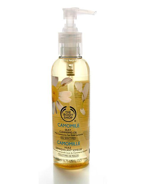 <p>El aceite, empleado como desmaquillante, es un potente limpiador que elimina cualquier resto de maquillaje sin irritar. El 'Aceite Limpiador de Camomila' (16 €), de <strong>The Body Shop</strong> sirve para desmaquillar rostro, ojos y labios. </p>