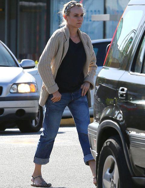 <p>A <strong>Diane Kruger</strong> le sienta bien cualquier modelo, pero nosotras nos quedamos con esto boyfriend que luce con camiseta negra, chaqueta de punto y sandalias.</p>