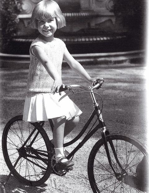 <p>Una tierna imagen de cuando era niña montando en bicicleta.&nbsp;Nació el 28 de marzo de 1926 en Madrid.</p>
