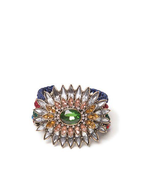 <p>Pulsera de cadena de broche en forma de flor, en diferentes tonos de Zara (17,95 euros).</p>