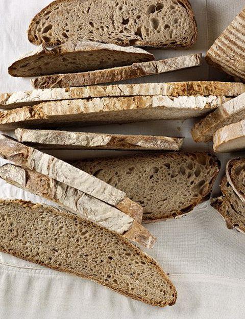"""<p>""""La espelta es un tipo de trigo originario de Irán. <strong>Al ser una variedad ancestral, no ha estado expuesta a modificaciones genéticas</strong>, tiene un alto contenido en proteínas de alto nivel biológico y es mucho más digestivo que el trigo normal"""", nos explica Silvia Riolobos. <strong>El desayuno.</strong> Pan de espelta de levadura madre (puedes encontrarlo en <a href=""""http://www.lamagdalenadeproust.com/"""" target=""""_blank"""">La Magdalena de Proust</a>), aceite de oliva + mermelada de arándanos + té blanco. Los beneficios. <strong>""""Los arándanos son conocidos por sus propiedades antioxidantes gracias al pigmento que les da color</strong>, los antocianósidos. El té blanco o """"agujas de plata"""" es uno de los antioxidantes más potentes que existe. Mucho más eficaz que el té verde, contiene <strong>hasta tres veces más polifenoles que éste</strong>, ayuda a aumentar las defensas y a neutralizar los radicales libres"""", dice.</p><p>&nbsp;</p>"""