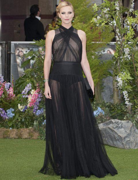 <p>Deslumbrante de negro con un vestido largo de gasa con transparencias de <strong>Dior</strong>. El remate perfecto de su look fue el recogido y el maquillaje con smokey eyes.</p>