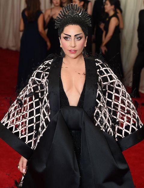 <p> O escoteiro Rob Fusari foi o responsável pela criação do nome profissional do cantor. Diz-se que quando <strong> Lady Gaga </strong> começou a colaborar com Wendy Starland e entrou no estúdio pela manhã, Fusari, em vez de cumprimentá-la com um 'olá', ele disse 'Radio Ga Ga', que era dele música de entrada. A partir daí, dizem que a artista não queria mais ser chamada de Stefani. A veracidade da história não é conhecida com certeza. & Nbsp; </p>