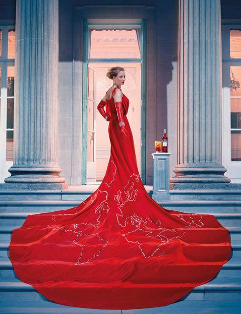 <p>Así abre el calendario, con Uma vestida de rojo con guantes de LaCrasia Opera, y brazalete de Chopard en oro blanco y brillantes.<br />Bebida: Campari Orange</p>