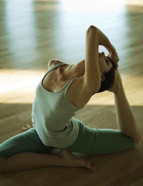 """<p>No comer antes de practicar es el primer consejo que nos da William Sackville West, director de <a href=""""http://city-yoga.com/"""" target=""""_blank"""">City Yoga</a>, el conocido centro de yoga de la capital. """"Deberían pasar al menos dos horas después de comer, ya que al practicar el estómago tiene que estar vacío para que haya mayor movilidad, sobre todo en las torsiones"""", dice.</p><p>&nbsp;</p>"""