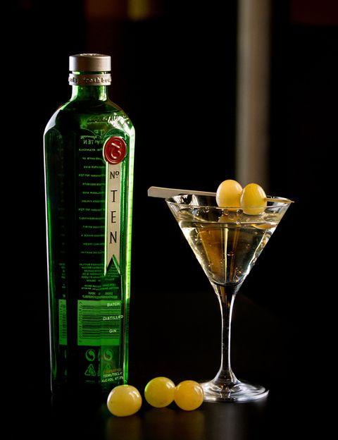 <p>-50 ml de Tanqueray nº Ten</p><p>-15 ml de Ciroc</p><p>-10 ml de Benedictine</p><p>Es perfecto para el aperitivo. Agitamos los ingredientes en la coctelera, lo servimos en copa de cocktail y lo decoramos con brocheta de uvas blancas y twist de limón.</p>