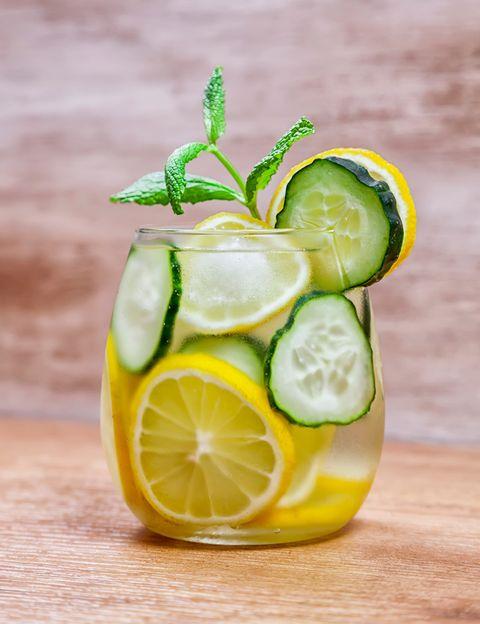 <p>El limón combinado con la menta y el pepino cumplen la función de regular tu metabolismo y producen un efecto adelgazante, además la menta te ayuda a regular tu digestión. Necesitas cuatro rodajas de limón, dos rodajas de pepino y cuatro hojas de menta fresca.</p>