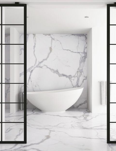 """<p>Con los mármoles más deluxe, onyx y travertinos, y en tonos blancos,grises o llamativos veteados de la nueva gama porcelánica <i>Techlam Stone Collection</i>, de Levantina, podrás revestir tu cuarto de baño con un look natural y súper elegante. <strong><a href=""""http://www.levantina.com/"""" target=""""_blank"""">www.levantina.com</a></strong></p>"""