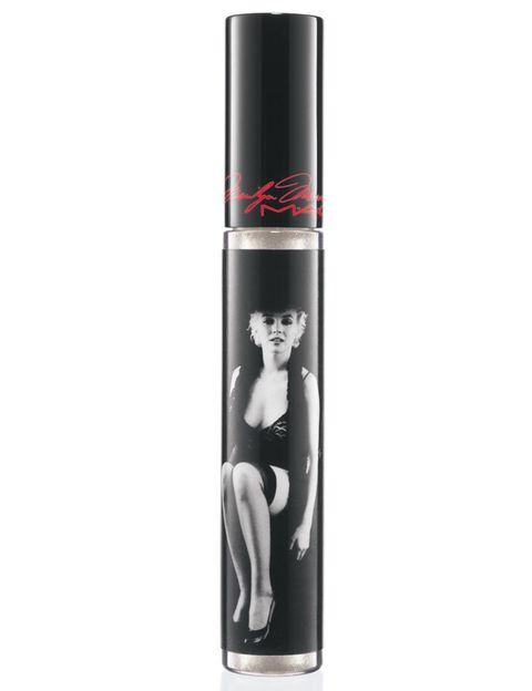 """<p>El pasado 5 de agosto se cumplieron 50 años de la desaparición de Marilyn Monroe y la firma cosmética <strong>MAC</strong> ha querido rendirle homenaje a través de una colección que evoca a la diva a través de sus productos y tonalidades más característicos. Todos los productos llevan impresa la imagen de la """"tentación rubia"""", como este <i>gloss</i> Dazzleglass (22,50 €) en el tono 'Little Rock' (translúcido con acabado escarchado). La colección ya está disponible en tiendas.</p>"""