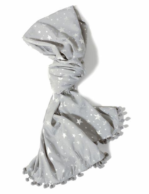 <p>Fular gris de algodón con estrellas (12,90 €). </p>