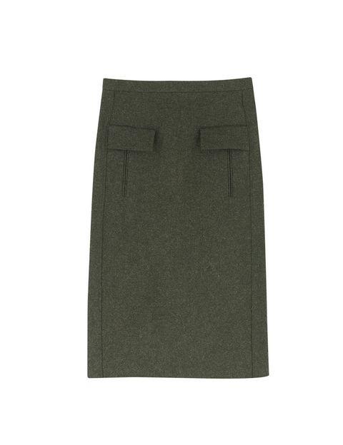 <p>Una de las claves de la colección es la utilidad. De ahí que una prenda básica sea esta falda verde de textura orgánica.</p>