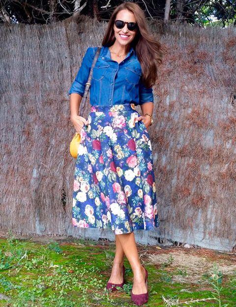 <p>Nuestra bloguera <strong>Paula Echevarría</strong> es fan incondicional de las faldas lady, y más si es un modelo como este con bolsillos y print de flores. La suya es de <strong>Suiteblanco</strong> al igual que su camisa denim, y como accesorios elige unos salones de ante granate de <strong>Cool The Sack</strong> y bolso de <strong>Louis Vuitton</strong>.</p>