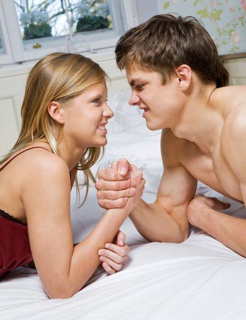 <p><strong>En esta etapa a ellos les sobra libido y a nosotras complejos</strong> e inseguridades. Para ellos es la etapa más activa sexualmente, en la que alcanzarán la plenitud sexual y el control sobre sus erecciones. Nosotras solemos estar algo más perdidas con nuestro placer. Lo normal es que para ninguno de los dos sea <strong>el momento de formar una familia sino de pasarlo bien, experimentar con el sexo</strong> y con diferentes parejas sexuales. <strong>Ellos.</strong> Suelen estar más centrados en su propio placer que en hacerte disfrutar a ti, así que tendrás que tomar las riendas e investigar por tu cuenta para poder guiarle. <strong>Ellas. La vergüenza, los complejos, la inexperiencia, los miedos…</strong> suelen restarte placer en la cama, incluso es posible que aún no sepas bien cómo llegar al orgasmo. Uno de tus mayores retos será adoptar un rol activo y superar tus complejos (¡enciende la luz!). <strong>A ellos les encanta que tomes la iniciativa</strong> y además es la única forma de descubrir qué te gusta y de disfrutar más del sexo. <strong>Psst.</strong> En esta época suelen cometerse los mayores despistes con los anticonceptivos… ¡no hagas locuras! &nbsp;</p>