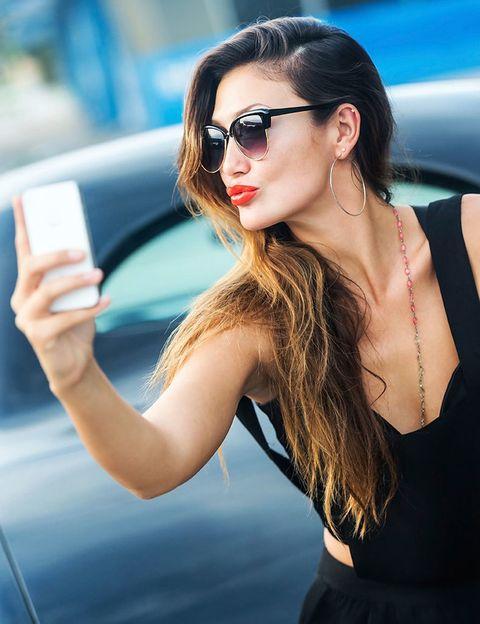 <p>Para el selfie perfecto, en el plano deben salir también los hombros e incluso ser un poco más amplio. Por eso, la ropa tiene un papel mucho más fundamental de lo que crees. Aprovecha para hacerte la foto con los colores que más te favorecen, y procura que no sea excesivamente informal. Por ponerte un ejemplo, quizás una camiseta sin hombros no sea lo mejor. </p>