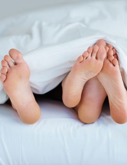 <p><strong>Que un hombre desnudo y con calcetines</strong> le baja la libido a cualquiera está claro. Pero también una mujer. Así que si eres de las que duermen con calcetines, que sea lo primero en irse fuera de la cama si tu chico empieza a ponerse cariñoso. Cuidado también con las <strong>mascarillas, rulos o las cremas de olor extraño</strong> que te pones para dormir... Si no tienes más remedio que usar férula para no apretar los dientes, intenta que no sea lo primero que el vea cuando se meta en la cama...</p><p>&nbsp;</p>