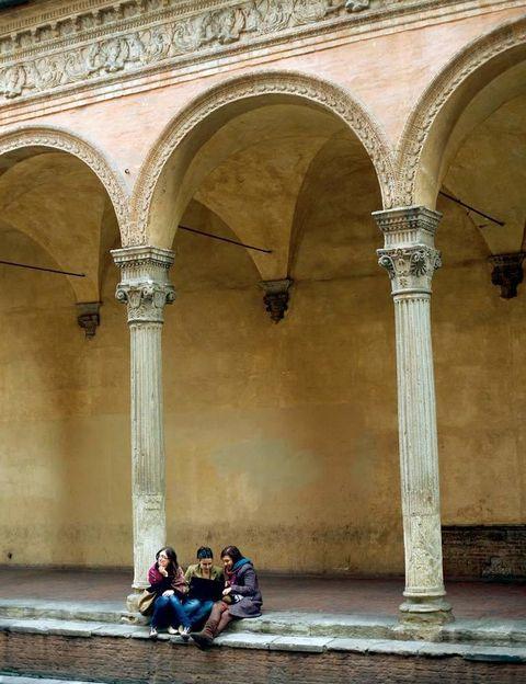 """<p>Se cree que la de <a href=""""http://www.bolognawelcome.com"""" target=""""_blank"""">Bolonia</a> es la más antigua del mundo occidental –de 1088–. Aquí estudiaron Dante Alighieri, Erasmo y Copérnico, entre otros. Toda la ciudad respira espíritu estudiantil: sus calles porticadas, bicicletas, bares que se animan por la tarde para el aperitivo… </p><p>Visita el Archigimnasio, antigua sede de la universidad, que aún conserva su teatro anatómico, y la histórica vía Zamboni, donde está el Museo Universitario (3 euros, en el Palacio Poggi).</p>"""