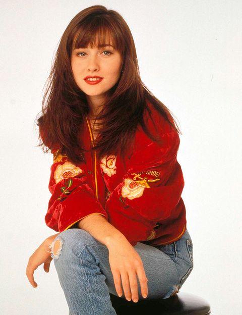 <p>El personaje de<strong>&nbsp;Brenda Walsh</strong> era la 'fashionista low cost' de <strong>Sensación de Vivir</strong>. Arriesgaba con looks masculinos o muy femeninos. Muchas adolescentes imitaron su forma de vestir y se sintieron identificadas con su tipo de vida. Si hubiesen existido Inditex, Mango, etc en la serie, hubieran sido sus tiendas de cabecera.</p>