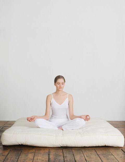 """<p><strong>¿Qué puede hacer por nosotros la meditación?</strong> Como explica John Curtin, co fundador de la <a href=""""http://www.fundacionsauce.org/"""" target=""""_blank"""">Fundación Sauce</a>, un centro sin ánimo de lucro creado para ayudar a cualquier persona al margen de sus ingresos económicos, edad o situación personal a mejorar su salud física o mental a través de terapias como la meditación o el reiki, <strong>""""cuando meditas estás saliendo de lo que yo llamo la 'locura colectiva' de nuestra vida""""</strong>. Para este profesor y empresario que decidió hace unos años dedicar su vida al camino del crecimiento personal, &nbsp;<strong>""""hoy en día estamos totalmente enfocados hacia fuera y todo lo que vivimos, pensamos y sentimos está condicionado</strong> por la necesidad de estímulos externos"""". """"Esa locura significa que tu vida se basa en 'lo que hay allí fuera' y eso tiene dos resultados: primero, pierdes el contacto contigo mismo, ya que ese constante enfoque externo <strong>hace que dejes de percibir tu estado interno; segundo, pierdes el control sobre tus estados mentales y emocionales</strong>, ya que cómo te sientes depende de lo que está pasando a tu alrededor"""", explica.&nbsp;</p><p>&nbsp;</p>"""