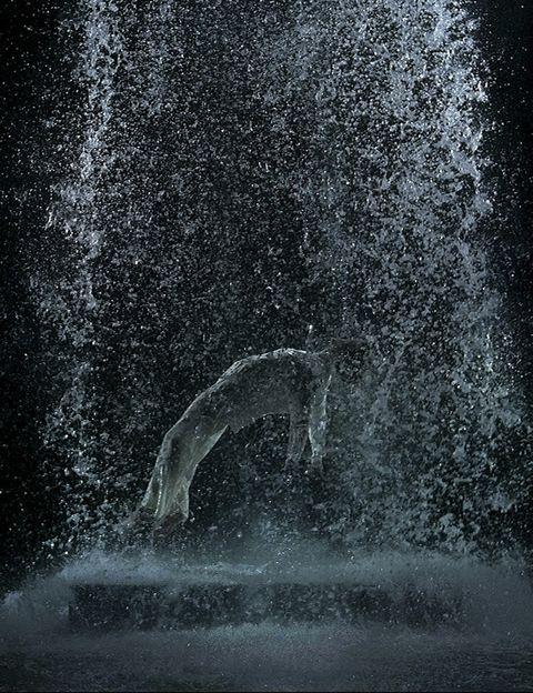<p> La poderosa obra del gurú del video arte <strong>Bill Viola</strong> (1951) en una ambiciosa retrospectiva en el <strong>Grand Palais de París,</strong> la primera del artista neoyorquino en Francia. Con 30 pantallas y 20 piezas, -aquí La Ascensión de Tristán-, que exploran temas como la muerte, la vida, el tiempo, recurriendo a metáforas tan potentes como el cuerpo, el agua, el fuego... Poesía visual en imágenes y sonidos que calan muy hondo. <br /><i>París. Hasta el 21 de julio.</i> </p>