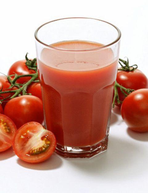 """<p>Según los expertos de <a href=""""http://www.nutricioncenter.es/"""" target=""""_blank"""">Nutricion Center</a>, <strong>hay que empezar a tomar alimentos ricos en betacarotenos</strong> semanas o incluso meses antes de la exposición prolongada al sol. """"El consumo de alimentos antioxidantes, con betacarotenos y ácidos grasos, ayuda a preparar la piel antes de la llegada del verano"""", dicen. """"Debemos empezar ya a incluir en nuestra dieta diaria <strong>ensaladas con tomate y zanahoria regadas</strong> con un buen chorro de aceite de oliva virgen extra, que aporta ácidos grasos saludables y vitamina E, así como pescados azules como atún, boquerones o caballa, que además de omega 3 aportan a la piel elasticidad y firmeza"""", recomienda Gámez. <strong>""""Para prolongar el bronceado juegan</strong> un papel fundamental los ácidos grasos que hidratan y dan elasticidad a la piel"""", puntualiza.</p><p>&nbsp;</p>"""