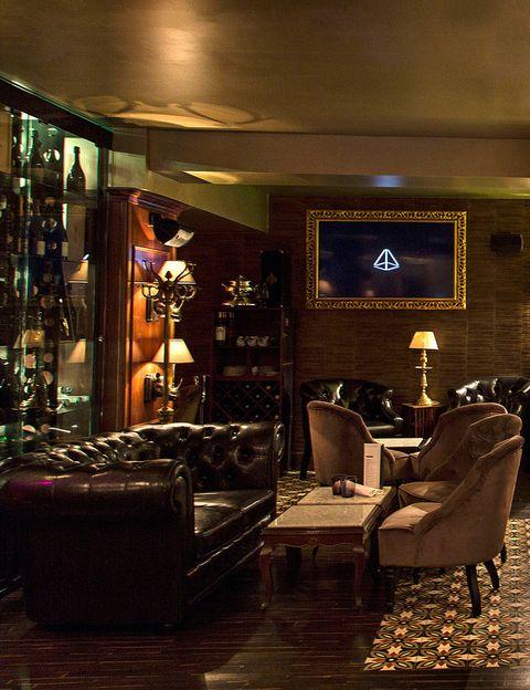 <p>¿Es un restaurante de cocina tradicional? Sí. ¿Y un restaurante japonés? También. ¿Es una champanería? De las mejores de Madrid (160 referencias). ¿Y una coctelería? Correcto, y muy sofisticada, con Pablo Collantes al frente. Todo esto es <strong>Club A</strong> (C/ Antonio Acuña, 19. Madrid), el nuevo espacio que han abierto los propietarios de la Taberna Arzábal, con un elegante aroma inglés, en el que podrás tomarte un delicioso cóctel, antes (o después) de degustar desde una hamburguesa de Pularda hasta una vieira flameada con yuzú picante. ¿Quieres un consejo? Si te gusta el champán, déjate aconsejar por sus propietarios, son unos apasionados. No fallarás.</p>