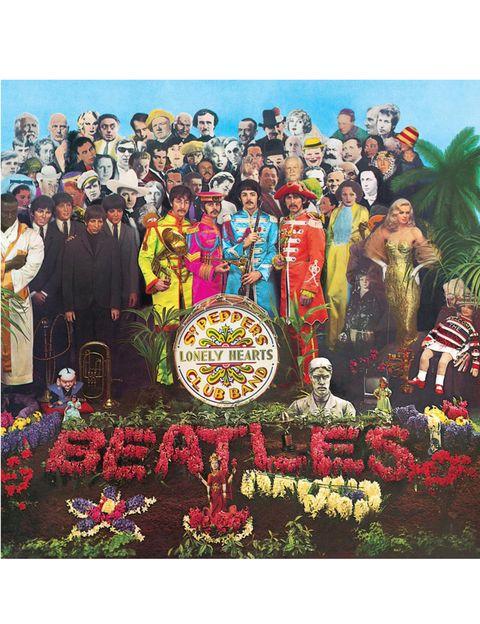 <p>Probablemente, la 'cover' más conocida de la historia. Fue creada por Jann Haworth y Peter Blake, una pareja artistas 'pop' que recibieron en 1967 el Grammy a la mejor portada del año. La idea era una foto que representara a la banda del Sargento Pimienta tras un concierto, acompañados del público que les había visto. Haworth y Blake pidieron a los Beatles que hicieran una lista de personajes que admiraran y a continuación, tras corregir lo políticamente incorrecto (Hitler, Gandhi o Jesucristo), pidieron permiso a todos los famosos para que se usara su imagen. Un dato: solo cinco mujeres aparecen en la portada.</p>«/><figcaption> <br>Probablemente, la 'cover' más conocida de la historia. Fue creada por Jann Haworth y Peter Blake, una pareja artistas 'pop' que recibieron en 1967 el Grammy a la mejor portada del año. La idea era una foto que representara a la banda del Sargento Pimienta tras un concierto, acompañados del público que les había visto. Haworth y Blake pidieron a los Beatles que hicieran una lista de personajes que admiraran y a continuación, tras corregir lo políticamente incorrecto (Hitler, Gandhi o Jesucristo), pidieron permiso a todos los famosos para que se usara su imagen. Un dato: solo cinco mujeres aparecen en la portada. </figcaption></figure>    <figure class=
