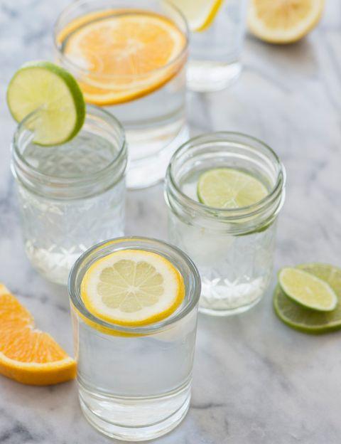 <p>Para su preparación necesitas el zumo de medio limón, puedes sustituirlo por lima. Te recomendamos tomarlo en ayunas todas las mañanas, el limón se encargará de reforzar tu sistema imnunológico y a eliminar toxinas, además es diurético, lo que ayuda a la retención de líquidos.</p>