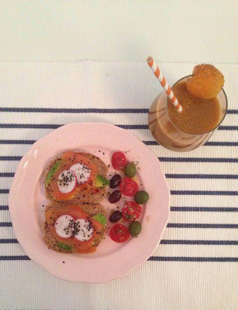 """<p>Silvia Riolobos, nutricionista energética y reeducadora nutricional conocida como <a href=""""https://www.facebook.com/DowntownChef?fref=ts"""" target=""""_blank"""">Downtown Chef</a>, nos propone un desayuno delicioso <strong>para esos días en los que necesitamos un extra de energía. El desayuno.</strong> Tostadas de pan de espelta de levadura madre de La Magdalena de Prousthttp://lamagdalenadeproust.com/ (3.40€ la barra) con tomate untado, aguacate + salmón de criadero bio y ahumado según métodos tradicionales + rabanitos + sésamos negro + guarnición de tomates cherri + olivas de Aragón y Camporreal. Zumo de zanahoria + manzana + albaricoque + bayas de goji + semillas de chía + agua filtrada. <strong>Cuídate. """"En verano muchas personas acusan bajadas de tensión</strong> a lo largo del día, sobre todo a media mañana. El desayuno salado es la solución. Además, en esta época del año vamos a tomar mucho sol aunque sea de forma involuntaria, por lo que <strong>debemos protegernos desde el interior ingiriendo alimentos naranjas </strong>ricos en carotenoides, como zanahoria, albaricoque, melocotón..."""". <strong>Los beneficios.</strong> """"El aguacate es una fuente de vitamina E, imprescindible para nuestra piel, que actúa como antioxidante. El salmón nos aporta los ácidos grasos esenciales que necesitamos cada día y además el bio está libre de metales pesados y es una fuente de vitaminas del grupo B, grandes aliadas del sistema nervioso. <strong>Los rabanitos actúan como quema grasa natural</strong> y son muy hidratantes. Lo más importante al levantarse es recuperar la hidratación perdida durante la noche. Un buen zumo con frutas y verduras de temporada de cultivo biológico es la mejor opción durante los meses cálidos. <strong>No hay que olvidar añadir un poco de agua filtrada para bajar el índice glucémico de las frutas</strong>. Yo siempre recomiendo utilizar semillas de chía, que controlan los niveles de azúcar en sangre, favorecen el tránsito intestinal y son una fuente vegetal"""