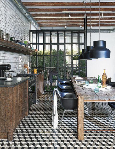 <p>Belleza rústica y un toque industrial en esta cocina con comedor del Estudio Egue y Seta. El mobiliario y la mesa de madera envejecida son de Bianca Bosman.</p>