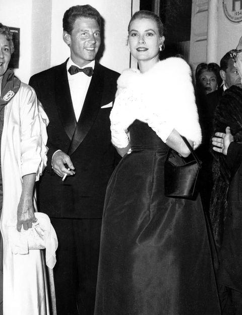 <p>Su elegancia quedó de manifiesto con una estola de piel blanca y guantes a juego, sobre un 'total look' negro. Era el año 1955 y en ese Festival de Cannes Grace conocería a su futuro marido, el principe Rainiero.</p>
