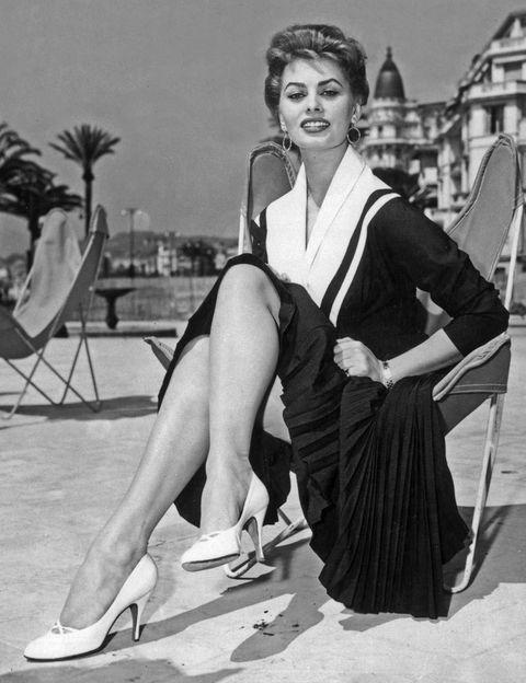<p>Asidua al Festival en la década de los 50 y 60, la actriz italiana Sofia Loren conquistó por primera vez la Croisette en 1954, con este vestido de inspiración 'matelot'.</p>