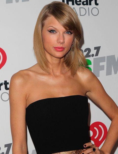 <p>Un vestido o un top con los hombros descubiertos, como el negro que lleva <strong>Taylor Swift,</strong> requieren un sostén sin tirantes, de copa baja o tipo 'bandeau'. Elige uno que lleve tiras de silicona para mayor sujeción.</p>