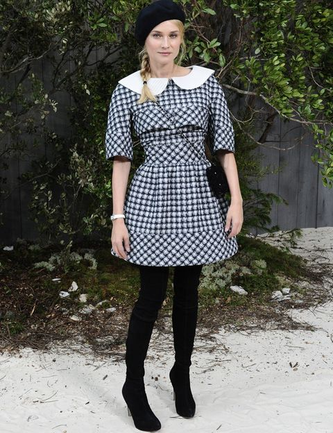 <p>La actriz <strong>Diane Kruger</strong>&nbsp;volvió a destacar en el <i>front row</i> de <strong>Chanel Alta Costura</strong> con un original vestido de la colección estilo lady a cuadros, con cuello bebé, maxi botas y boina.</p>