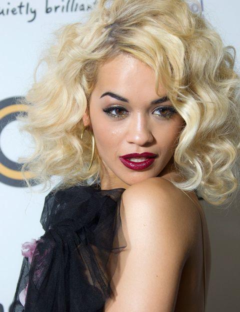 <p>La cantante <strong>Rita Ora</strong> luce rizos con orgullo y con mucho volumen.</p>