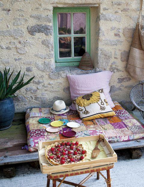 <p>Vestido con unas alegres colchonetas y varios cojines. La estilista y blogger es también una gran cocinera, que no duda en preparar deliciosas meriendas como esta increíble tarta&nbsp; de fresa. ¡Mmmm!</p>