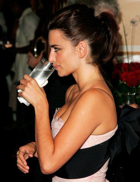 <p>'Bebe al menos entre 1.5 y 2 litros de agua cada día. La manera de que no se te olvide beber es tener siempre a mano una botella de agua y recurrir a ella con frecuencia, incluso antes de tener la sensación de sed', aconseja la experta. También contribuyen al aporte hídrico diario las infusiones, caldos, cremas de verduras...</p><p>Beber una cantidad correcta de agua es muy importante ya que, de lo contrario, el organismo entra en 'fase de reserva' y tiende a acumular agua en los tejidos.</p>