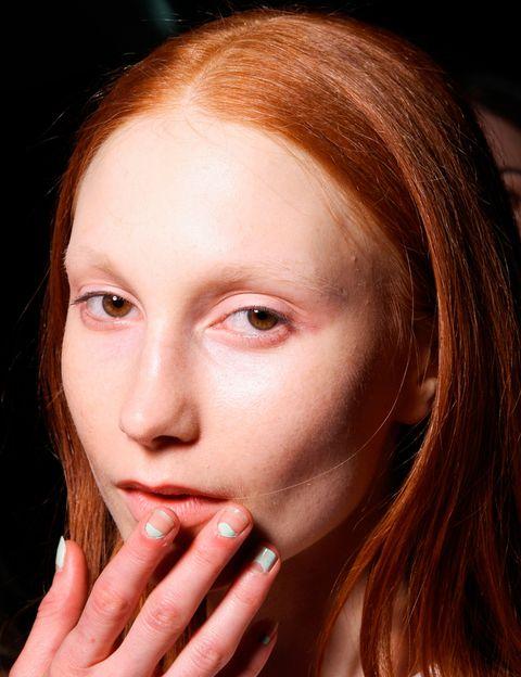 <p>Uno de los ejemplos más habituales de este tipo de 'nail art' es la manicura francesa invertida, que consiste en pintar el semicírculo de la base de la uñas y dejar el resto libre de esmalte. <strong>Charlotte Ronson</strong> combina esta técnica son su opuesta: dejar el espacio de la base sin pintar y colorear el resto.</p>